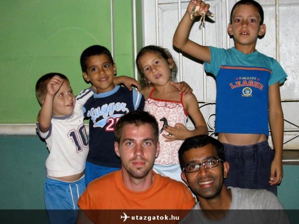Trinidadi éjszaka helyi gyerekekkel