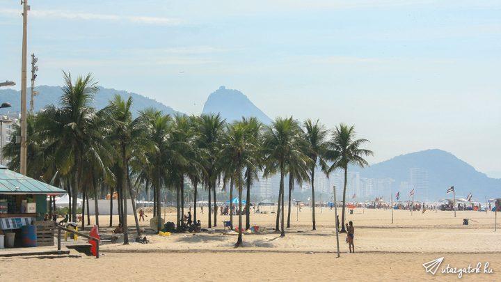 Copacabana strand látképe pálmafákkal